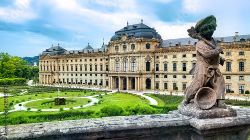 Foto View of the Wurzburg Residenz palace from its gardens with statue, Wurzburg Germ