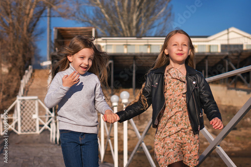 Photo Children are walking wooden pier on lake