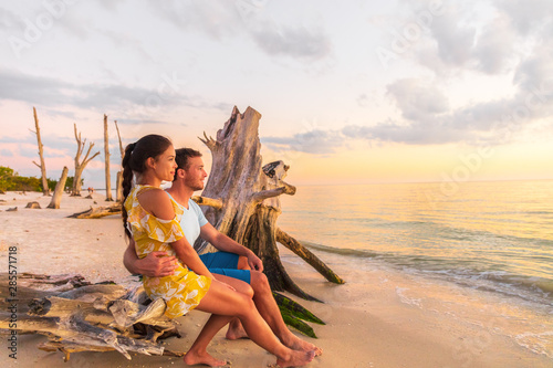 Couple in love watching romantic sunset on Florida beach summer travel getaway destination, Lovers key beach in the Gulf of Mexico Canvas-taulu