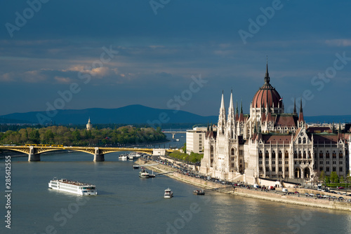 Foto auf AluDibond Budapest Hungarian Parliament in Budapest, Cruise ship on the river