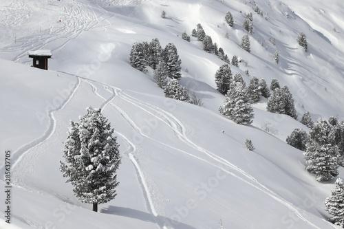 Off piste skiing Fototapeta
