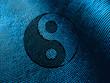 Yin Yang Symbol mit Bild aus der Natur als Hintergrund