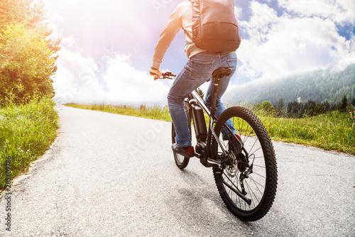 Foto  Man Riding Electric Mountain Bike