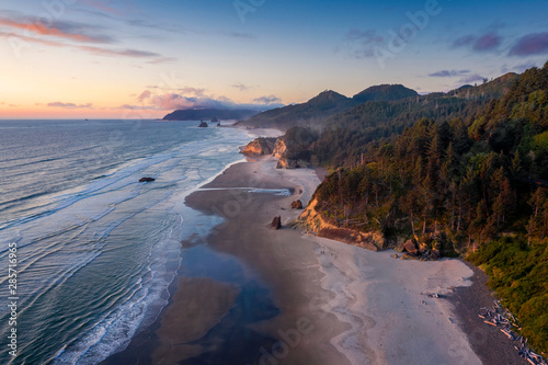 Photo sur Aluminium Cote Aerial View of Arch Cape, Oregon. Sunset along the Oregon coast near Cannon Beach features white sand beaches with fir and cedar forests as far as the eye can see.