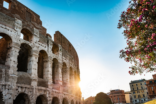 Photo Colosseum At Sunrise In Rome, Italy