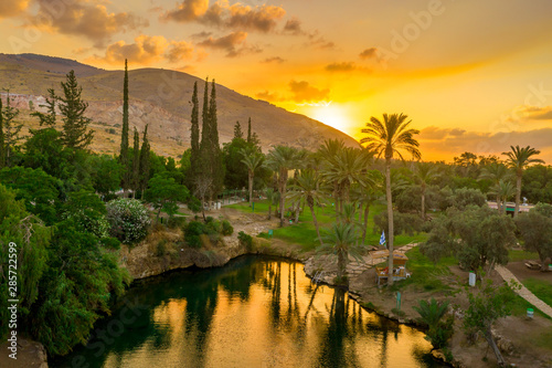 Fotografía Aerial view of the sunset over Sachne or Gan Hashlosha oasis, with popular water