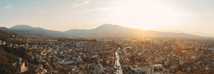 Panoramablick auf Stadt Prizren, Kosovo im wunderschönen Sonnenuntergangslicht