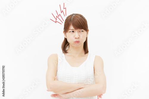 女性 白背景 怒り Wallpaper Mural