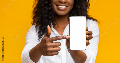 Pinturas sobre lienzo  Happy black woman holding latest slim smartphone