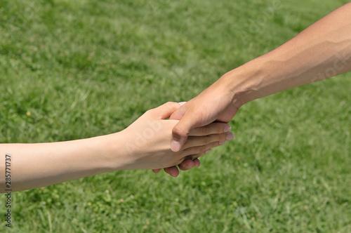 Fényképezés  握手する男女の手