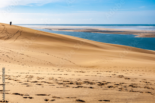 Photo The Dune du Pilat of Arcachon in France, the highest sand dunes in Europe: paragliding, oyster cultivation, desert and beach
