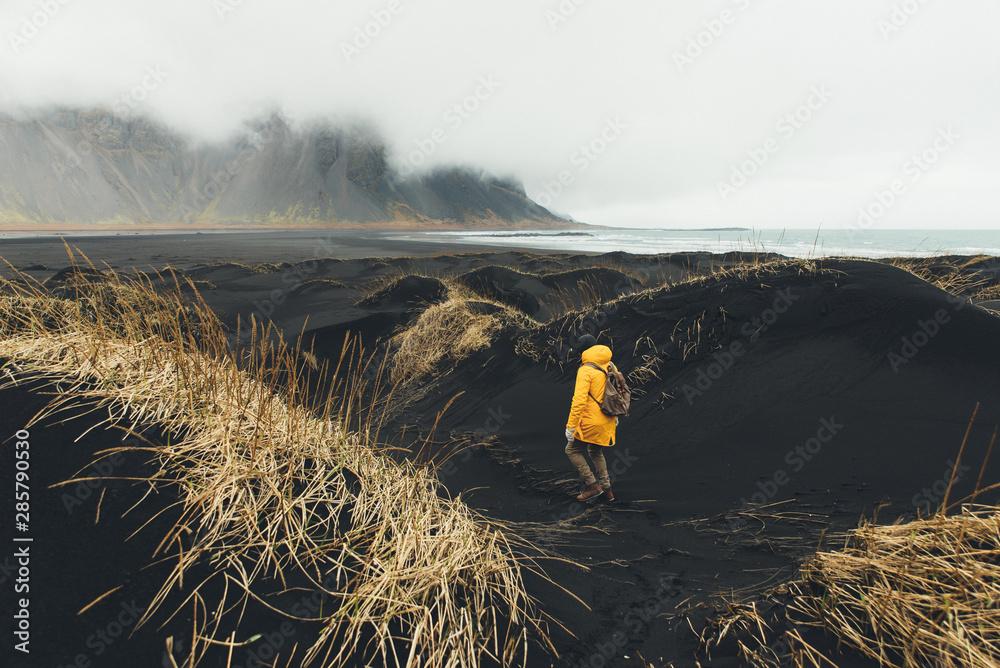 Fototapety, obrazy: Wanderlust explorer discovering icelandic natural wonders