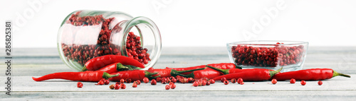 Papiers peints Hot chili Peppers red hot bird chili pepper with pepper corns