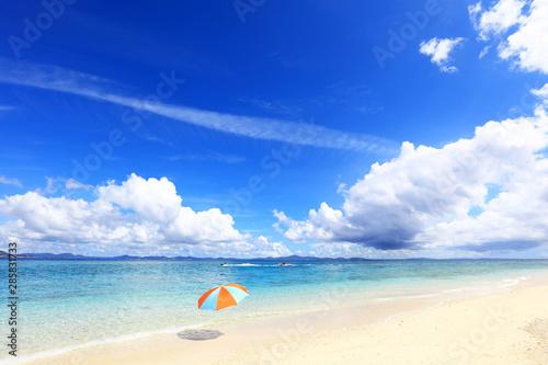 沖縄の美しい海とビーチパラソル