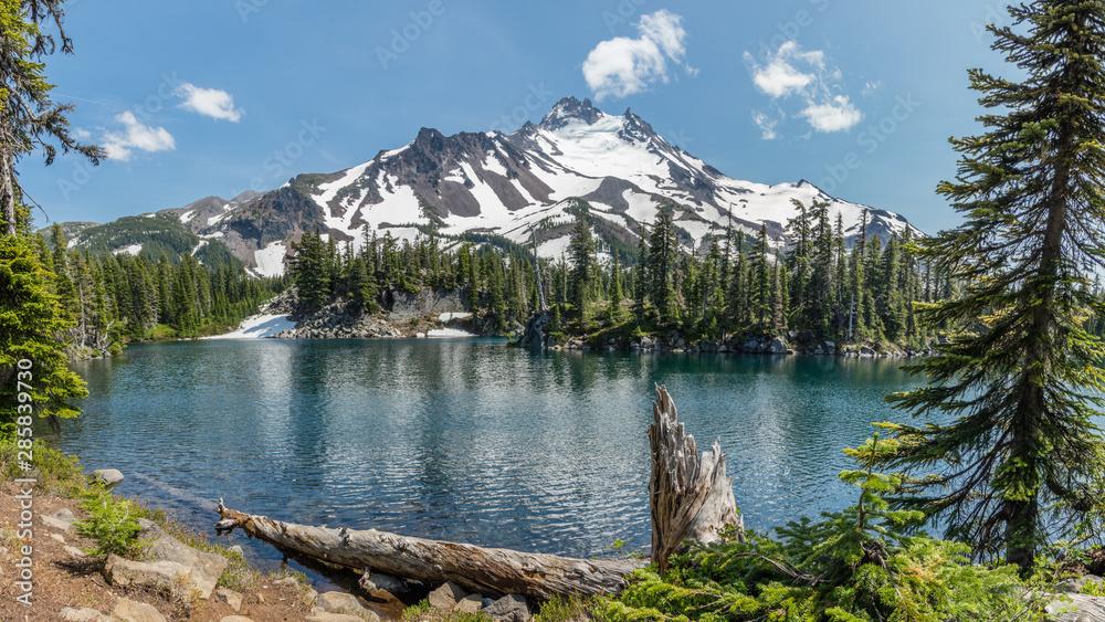 Fototapety, obrazy: Mt Jefferson and Bays Lake in the Mount Jefferson Wilderness, Oregon.