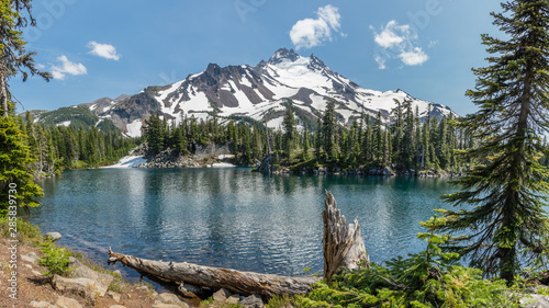 Obraz Mt Jefferson and Bays Lake in the Mount Jefferson Wilderness, Oregon. - fototapety do salonu