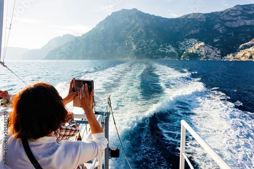 Photo Tourist taking photos during cruise in Tyrrhenian Sea Positano