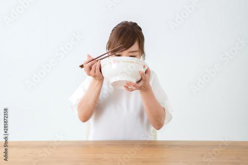 Valokuvatapetti 食べる女性