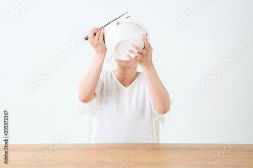 Valokuva  食べる女性