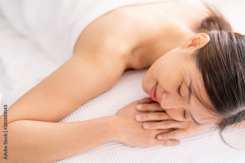 Fototapety, obrazy: attractive asian woman enjoy and clam oriental massage therapy white bed healthy life ideas concept