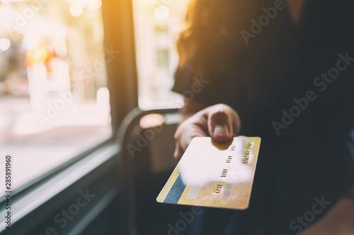 Fotografía  Closeup image of a woman holding and showing credit card