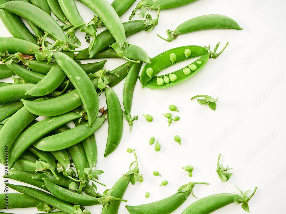 Fototapety, obrazy: green pea pod on white background