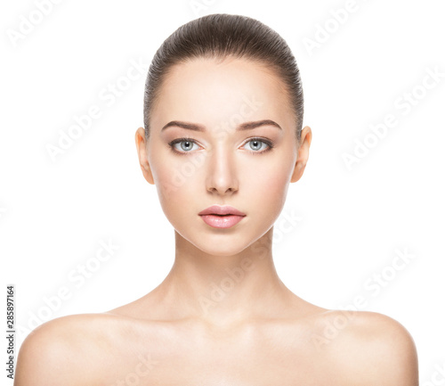 Foto Beautiful face of young woman with healthy clean skin