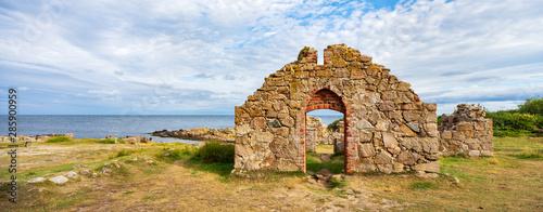 Foto Salomons Kapel, medieval church ruin on the coast of the Baltic Sea, Bornholm, D