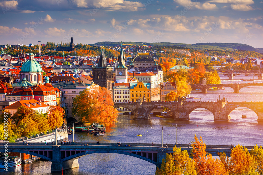 Fototapety, obrazy: Autumn view to Charles bridge on Vltava river in Prague, Czech Republic. Autumn view to Charles Bridge, Prague old town and Vltava river from popular view point in the Letna park (Letenske sady).
