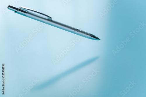 Fotomural 宙に浮くメタリックなボールペン