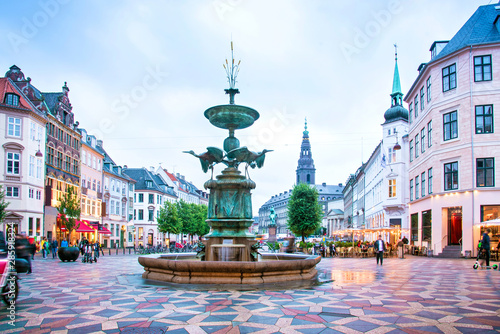 Foto  Stork Fountain on the Amagertorv (Amager Square) and the longest pedestrian street in the world Stroget in Copenhagen Copenhagen, Denmark
