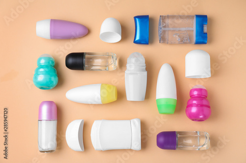 Photo Flat lay composition with different natural deodorants on beige background