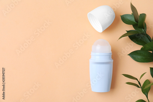 Photo Flat lay composition with natural roll-on deodorant on beige background, space f