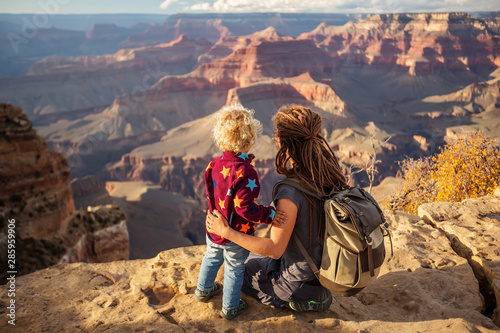 Foto auf AluDibond Dunkelbraun Mother with his boy in Grand canyon National Park