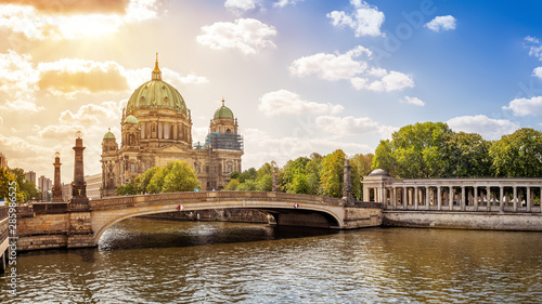 Photo  famous berlin cathedral while sunset