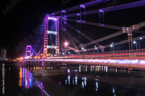Naklejka premium Oświetlony most wiszący miasta Santa Fe w Argentynie.