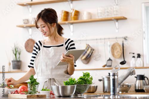 Fotografia キッチンの若い主婦