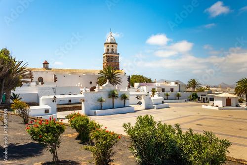 Poster de jardin Iles Canaries Teguise, Lanzarote, Canary Island, Church Iglesia de Nuestra Senora de Guadalupe on main square