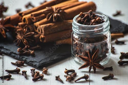 Photo cinnamon sticks, star anise and cloves