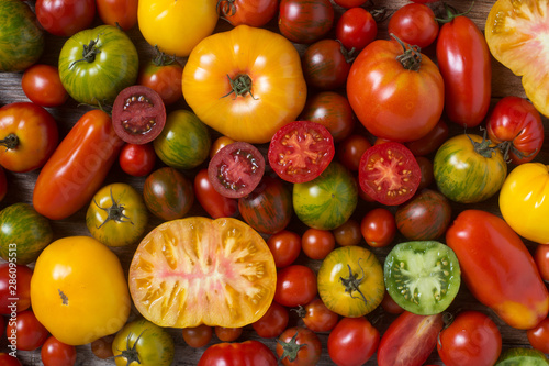 Fotomural  Close up of colorful tomatoes, some sliced, shot from above