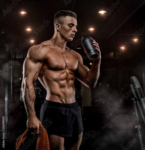 Fotografía Muscular Man Resting After Exercise And Drinking From Shaker