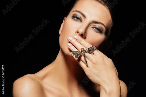 Fotografia silence of beautiful young woman