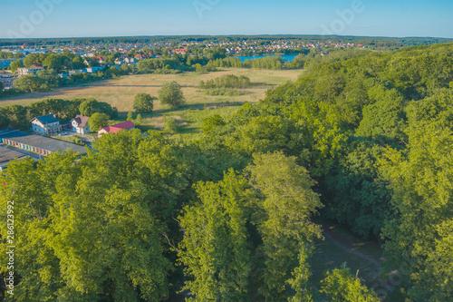 Fototapeta widok z góry lot ptaka park panorama miasta zieleń lato pola budynki domy obraz
