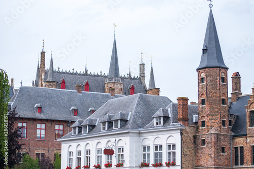 Photo  Tower building situated in one of Bruges' canals in Belgium