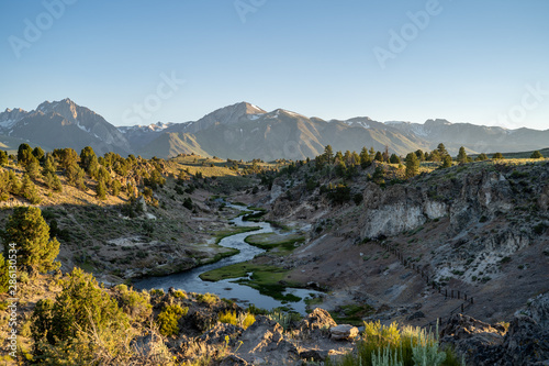 Photo Winding creek of Hot Creek Geological Site in Mammoth Lakes California at dusk sunset, with backlighting