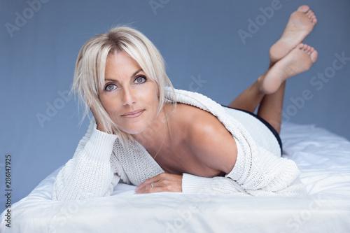 Photo belle femme blonde détente 40 ans