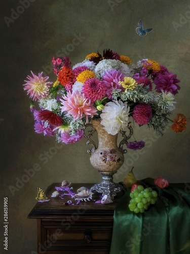 Cuadros en Lienzo  Still life with splendid bouquet of flowers in Baroque style