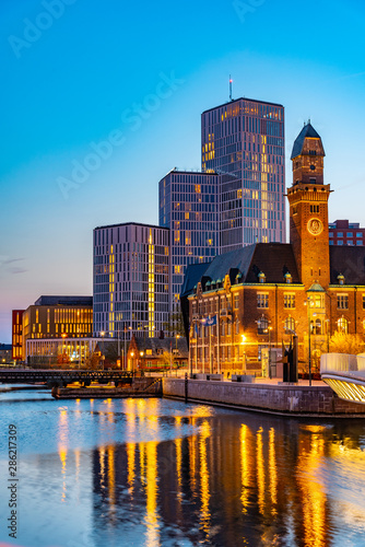 Fotomural  Sunset view of skyline of Malmo dominated by the world maritime university, Swed