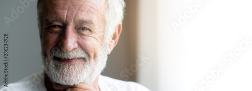 Fotomural  Happy senior man portrait