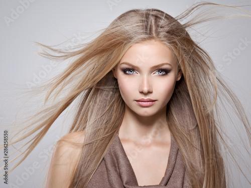Obraz Piękna młoda kobieta z długimi prostymi białymi włosami - fototapety do salonu